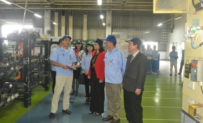 Chủ tịch LĐLĐ thành phố thăm và động viên tinh thần công nhân tại nhà máy sản xuất xe máy Yamaha Motor Việt Nam.