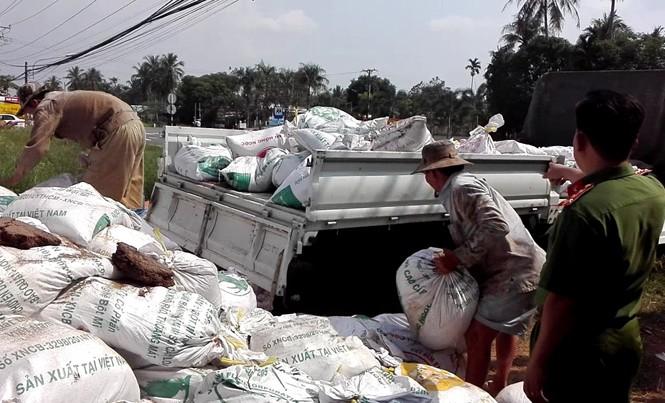 Bắt quả tang xe của doanh nghiệp đổ thải ra môi trường