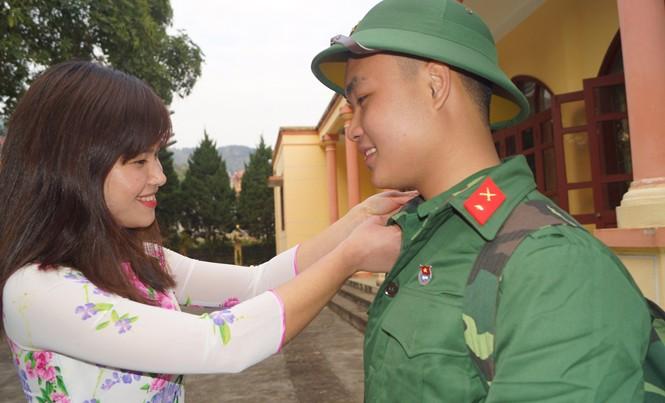 Thiếu nữ Ngân Sơn (Bắc Kạn) động viên bạn trước giờ lên đường nhập ngũ.