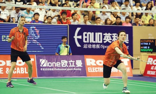 Vũ Thị Trang (phải) và Nguyễn Thị Sen đã có trận thắng quyết định giúp ĐT cầu lông Việt Nam giành chiến thắng danh dự trước ĐT Philippines. Ảnh T.Vũ