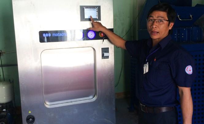 Cán bộ kỹ thuật Bệnh viện Đa khoa TP Buôn Ma Thuột nơi đặt máy lò hấp rác 7,6 tỷ đồng vừa được sửa xong.