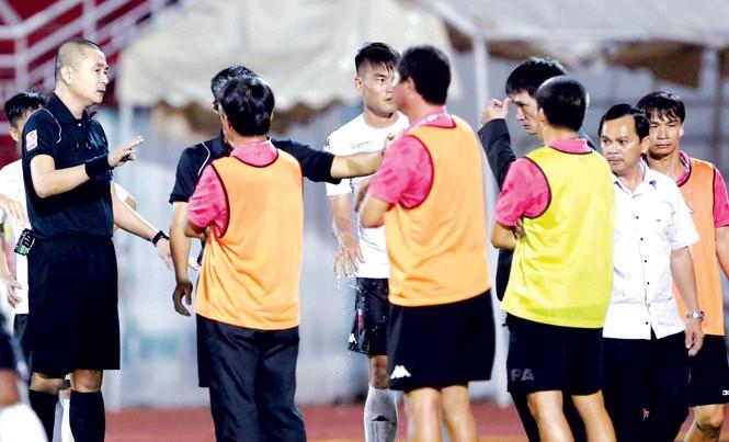 Ông Võ Thành Nhiệm (áo trắng, bìa phải) quyết định từ chức chủ tịch CLB Long An sau sự cố đầy tai tiếng trên sân Thống Nhất cuối tuần qua. Ảnh: VSI