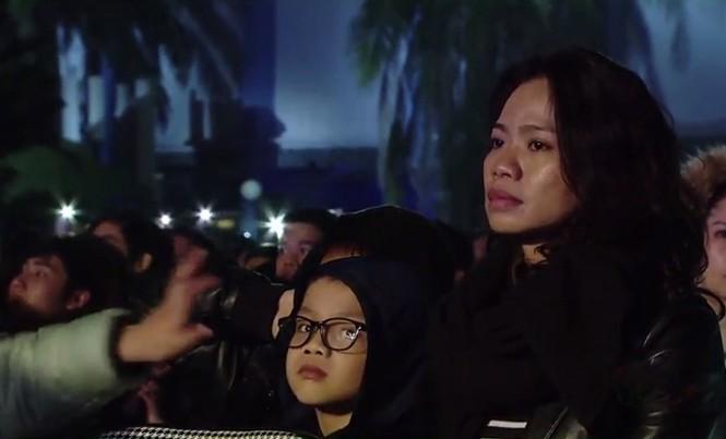 Hình ảnh vợ Trần Lập nghe chồng hát trong đêm Đôi bàn tay thắp lửa tháng 1/2016. Ảnh: N.M.H