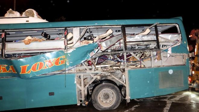 Chiếc xe khách bị hư hỏng nặng sau vụ nổ.