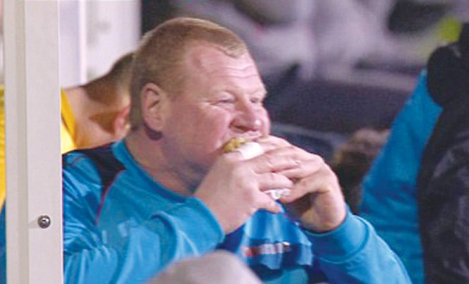 Hình ảnh thủ môn dự bị Wayne Shaw ăn bánh trong trận đấu cũng được nhà cái khai thác với tỷ lệ cược 1 ăn 8. Ảnh: BBC ONE