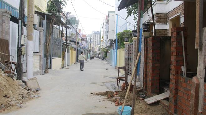 """Người dân tự nguyện """"bóp"""" sân nhà chật lại, bỏ tiền túi xây lại tường rào, cổng ngõ để nới hẻm 227 thành con đường rộng 5,5m. Ảnh: Thanh Trần"""