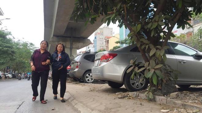 Trông giữ xe trái phép trên phố Hào Nam.