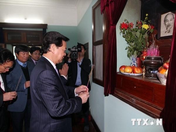 Thủ tướng Nguyễn Tấn Dũng dâng hương tưởng niệm Bác Hồ. Ảnh: Đức Tám/TTXVN