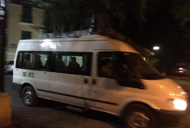 Chiếc xe của Nhà tang lễ đưa thi thể ông Thắng rời trụ sở Bộ GTVT đêm 22/1. Ảnh: Lê Dương