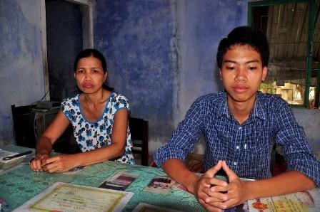 Thủ khoa Nguyễn Duy Sơn và mẹ trò chuyện với PV