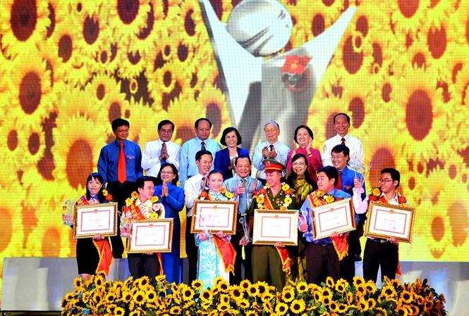6 công dân trẻ tiêu biểu thành phố Hồ Chí Minh năm 2014 được vinh danh vào ngày đầu tiên của năm 2015