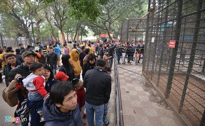 Sáng 3/1, công viên Thủ Lệ đông nghịt người tới tham quan, vui chơi.