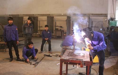 Một buổi học thực hành của lớp hàn tại  Cao đẳng nghề Việt Đức. Ảnh: Hải Bình (VnExpress).