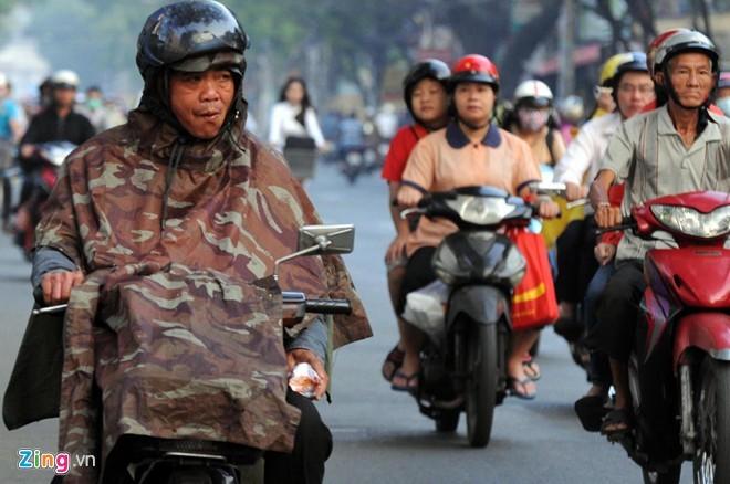 Do ảnh hưởng không khí lạnh, thời tiết Sài Gòn nhiều ngày nay giảm xuống 18 độ khiến sinh hoạt của người dân thay đổi. Người đàn ông lưu thông trên đường Thành Thái (quận 10) phải mặc theo áo mưa để tránh cái lạnh.