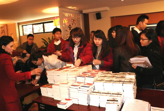 Các bạn trẻ đăng ký xin nhận sách.