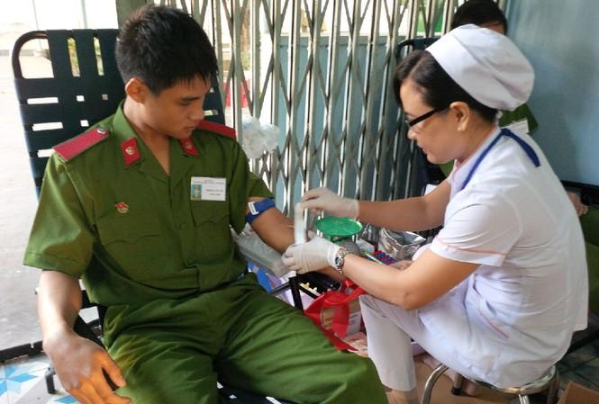Học viên Đại học Cảnh sát Nhân dân hiến máu tại Chủ Nhật Đỏ. Ảnh: Trọng Thịnh.