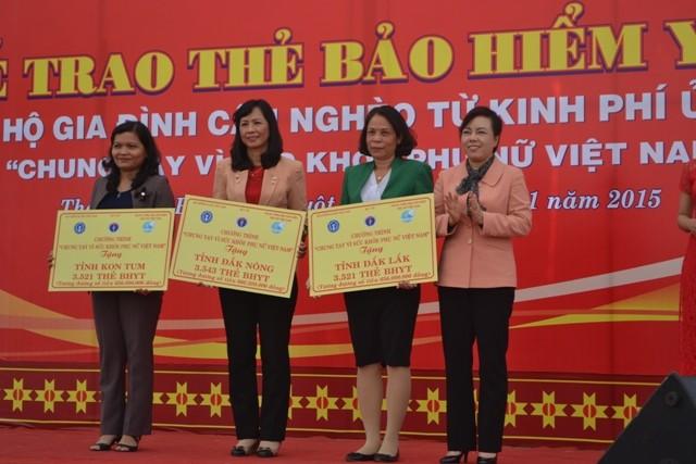 Bộ trưởng Y tế Nguyễn Thị Kim Tiến trao thẻ cho lãnh đạo các tỉnh Tây Nguyên.