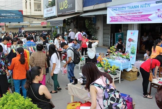 Rất đông bạn trẻ đến tham dự chợ phiên Thanh niên.