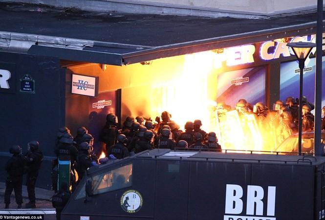 Cảnh sát đã thực hiện 6 vụ nổ nhằm vào tiệm tạp hóa để giải cứu con tin hôm qua, có it nhất 1 cảnh sát đã bị thương