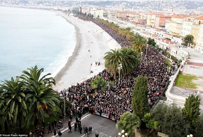 Biển người tuần hành ở thành phố Nice, Pháp hôm 10/1 để tưởng nhớ các nạn nhân hai vụ khủng bố vừa qua ở Pháp.