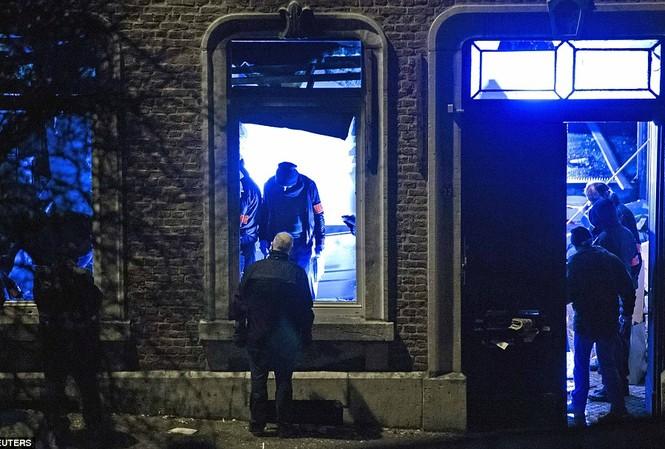 Lực lượng cảnh sát chống khủng bố Bỉ kiểm tra một căn hộ ở trung tâm thị trấn Verviers phía đông nước này, nơi 2 phần tử thánh chiến bị nghi chuẩn bị thực hiện các cuộc khủng bố quy mô lớn.