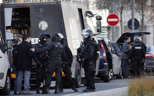 [ẢNH] Cảnh sát Pháp bao vây bưu điện, giải cứu con tin