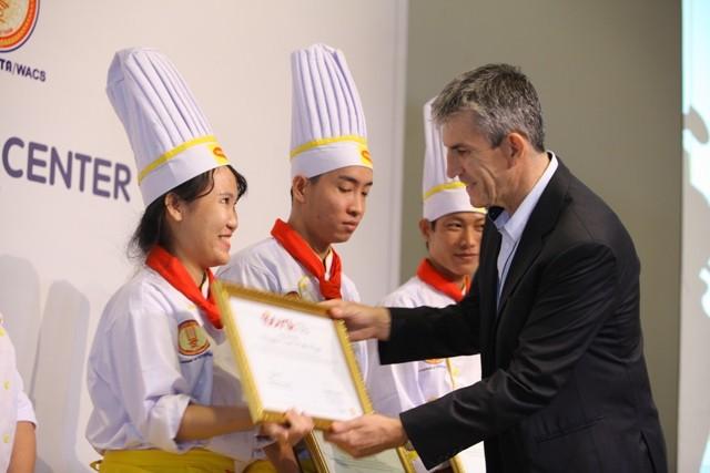 Ông Deniau Laurent, Giám đốc kinh doanh bộ phận Nestlé Professional trao bằng chứng nhận cho nữ đầu bếp trẻ