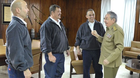 Chủ tịch Raul Castro trò chuyện cùng Gerardo Hernnández, Antonio Guerrero và Ramón Labaino. Ảnh: Reuters.