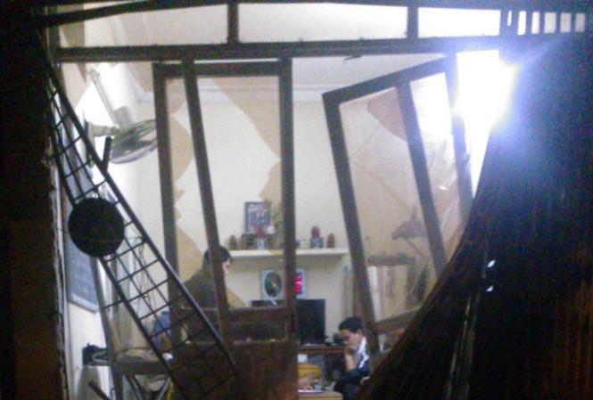 Cửa nhà bị đâm vỡ toang hoác trong khi chủ nhà đã đi vắng.