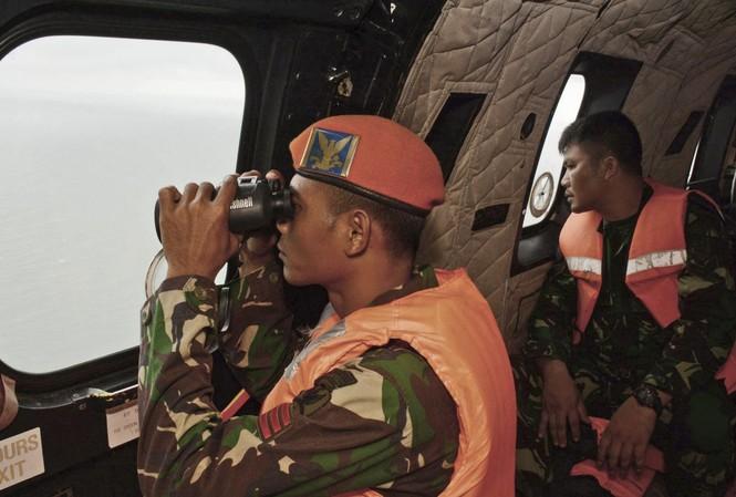 Trực thăng Super Puma của Phi đội số 6 Không quân Indonesia đang tìm kiếm nạn nhân chuyến bay QZ 8501.  Ảnh: AP