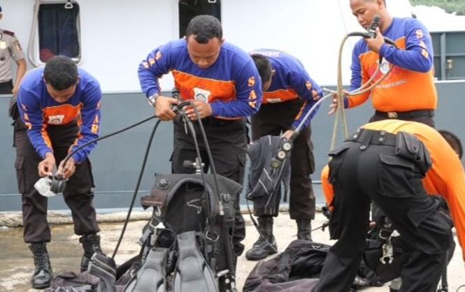 Các thợ lặn ở cảng Kumai chuẩn bị tìm kiếm thi thể nạn nhân và mảnh vỡ máy bay QZ8501. Ảnh: Channel News Asia.