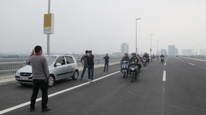 Bát nháo giao thông trên cầu Nhật Tân