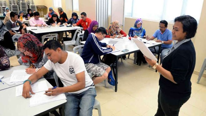Các bậc phụ huynh tham gia một lớp học thêm toán tiểu học tại Nhà thờ Hồi giáo Muhajirin. (Ảnh: TNP)