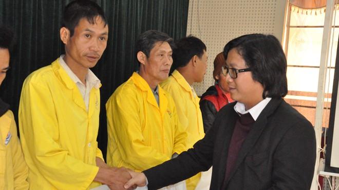 Uỷ viên Ban Biên tập báo Tiền Phong trao quà cho các bệnh nhân.