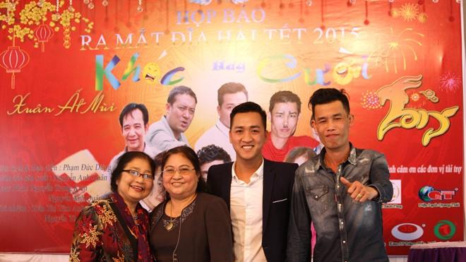 Đạo diễn Phạm Đức Dũng (thứ 2 từ phải sang) và diễn viên Hiệp gà, Kim Xuyến tại lễ ra mắt phim.