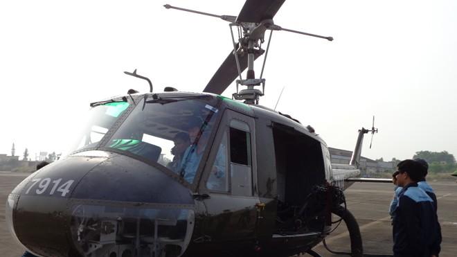 Chiếc UH-1 số hiệu 7914 đã được gắn đại liên minigun 6 nòng để chuẩn bị diễn tập bắn ném đạn thật. Ảnh: TĐ.