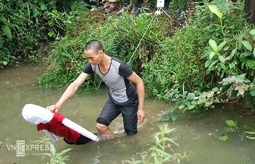 Sát thủ gây thảm án 4 người trong một gia đình ở Bát Xát, Lào Cai thực nghiệm lại vụ án. Ảnh: Thanh Tuấn