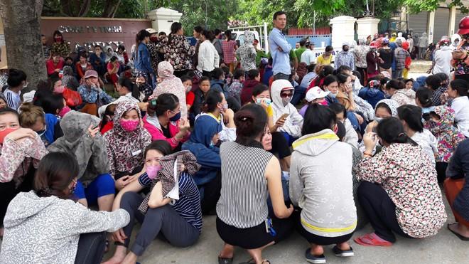 Công nhân đình công  trước cổng công ty TNHH Matrix Vinh, Nghệ An.