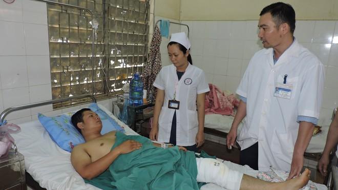 Thượng úy Chinh với vết thương ở đầu gối bên trái