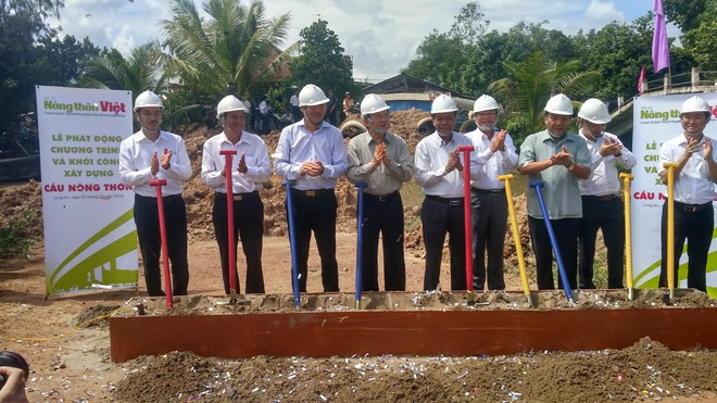 Nguyên Chủ tịch nước Trương Tấn Sang và các đơn vị làm lễ khởi công cây cầ nông thôn đầu tiên ở Long An.