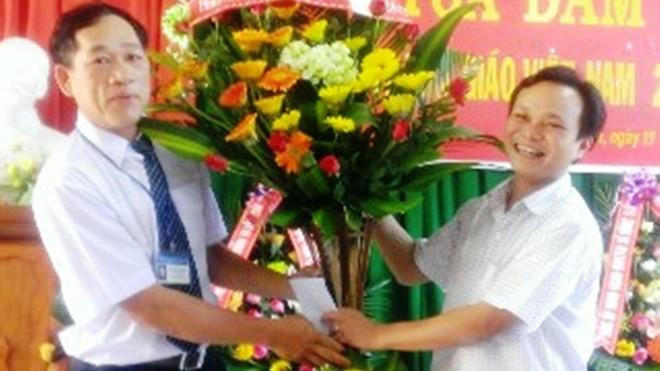 """Ông Nguyễn Mạnh Hùng (bìa phải), Chủ tịch huyện A Lưới, có anh """"cột chèo"""" làm Bí thư Huyện ủy"""