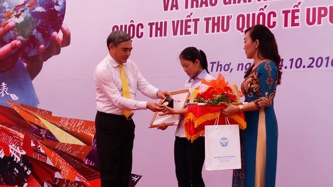 Đại diện Bộ TTTT trao huy chương vàng và bằng khen cho Thu Trang