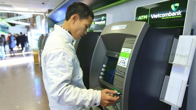 """Vietcombank khuyến cáo người rút tiền tại các cây ATM: """"Cách dễ dàng nhất để tự bảo vệ mình là khách hàng khi giao dịch nên dùng tay che bàn phím khi nhập mã PIN"""""""