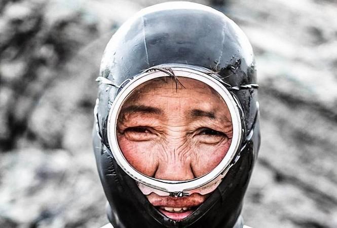 """Theo tiếng địa phương, những nữ thợ lặn ở Hàn Quốc được gọi là Haenyo, nghĩa là """"người phụ nữ biển""""."""