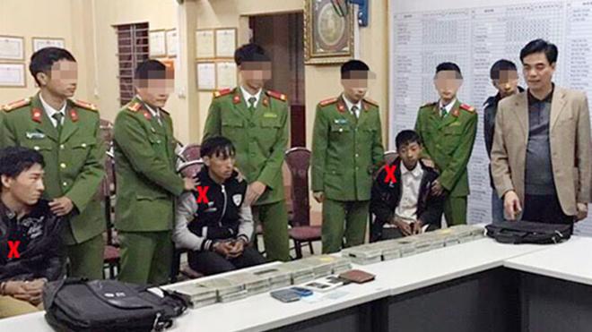Đại tá Trần Anh Tuấn, Giám đốc Công an tỉnh Sơn La ngoài cùng bên phải trực tiếp chỉ đạo lấy lời khai các đối tượng vận chuyển 30 bánh heroin tại huyện Vân Hồ