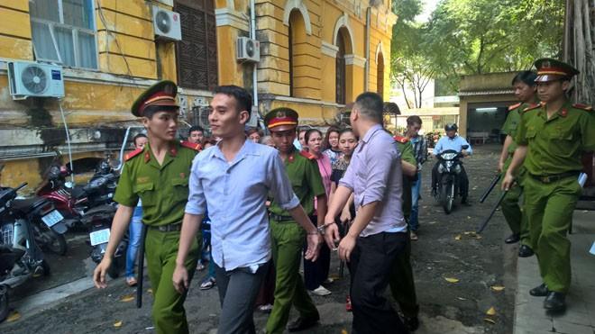 Hai tên cướp tại tòa ngày 9/12. Ảnh: Tân Châu