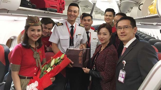 Đại diện sân bay Hong Kong chào đón phi hành đoàn Vietjet