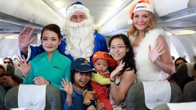Ông già Noel Vietnam Airlines cùng công chúa tuyết xinh đẹp Jetstar Pacific chúc Giáng sinh các em nhỏ trên tàu bay