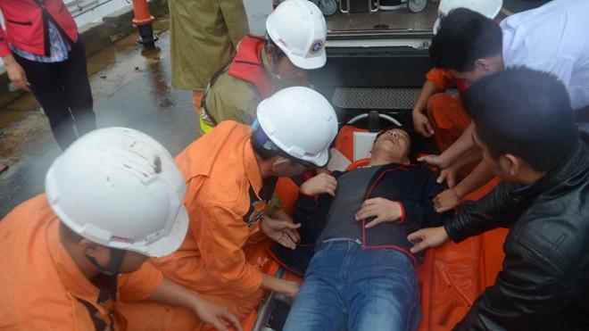 Trung tâm Phối hợp tìm kiếm Cứu nạn Hàng hải khu vực II (DaNang MRCC) đưa một ngư dân bi nạn trên biển vào bờ. Ảnh: DaNang MRCC cung cấp.