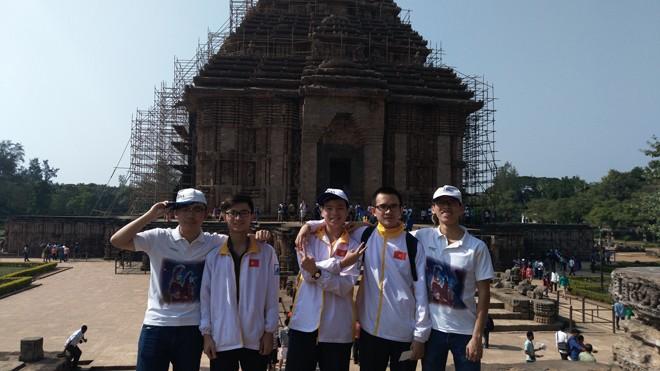 5 chàng trai dự thi Olympic thiên văn và Vật lí thiên văn đi thăm thú các cảnh quan của Ấn Độ